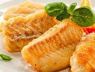 Пържена бяла риба хек с подлучен млечен сос